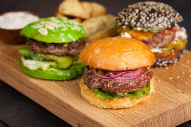 Ensemble de trois mini burger maison.