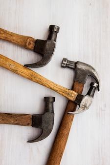 Ensemble de trois outils anciens et vintage pour le travail du bois de charpentier et l'industrie du bois