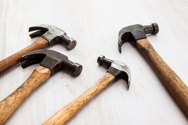 Ensemble de trois outils de marteau vintage tête vieux en acier sur le fond de plancher en bois