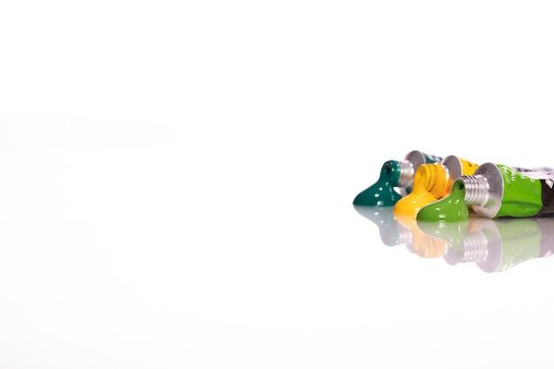Ensemble de tubes de peinture acrylique colorés isolé sur blanc