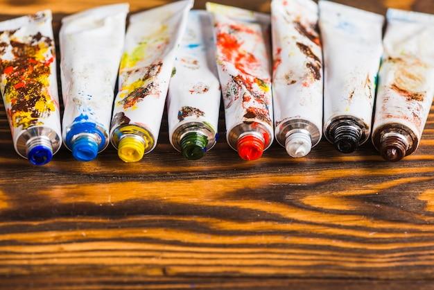 Ensemble de tubes avec des peintures colorées