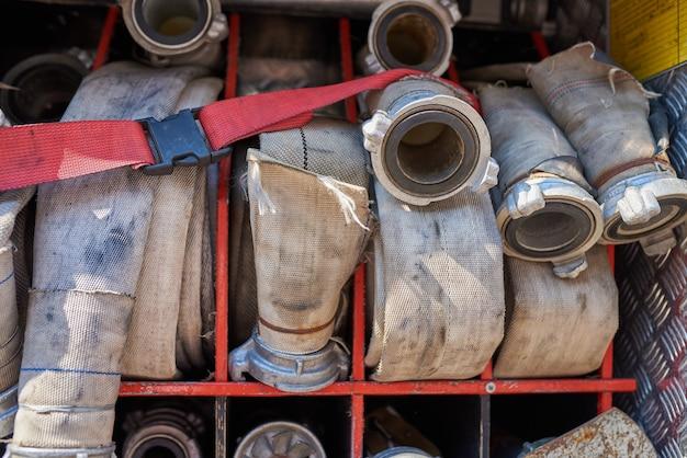 Ensemble de tuyaux d'incendie dans le camion de pompiers