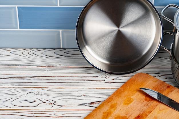 Ensemble d'ustensiles de cuisine en aluminium sur le comptoir de la cuisine