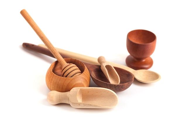 Ensemble d'ustensiles de cuisine en bois isolé sur fond blanc.