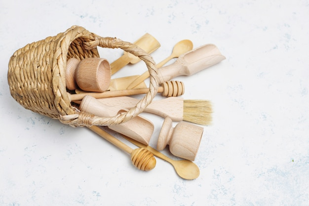 Ensemble d'ustensiles de cuisine en bois sur une surface en béton
