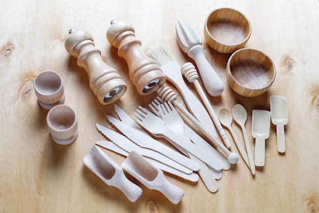 Ensemble d'ustensiles de cuisine en bois, vue de dessus