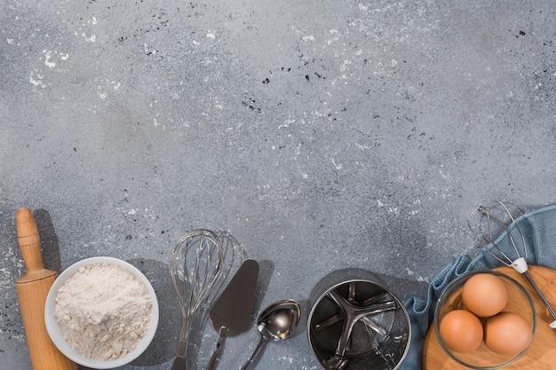Ensemble d'ustensiles de cuisine avec des produits sur fond gris-bleu. cours de maître de cuisine. copiez l'espace.