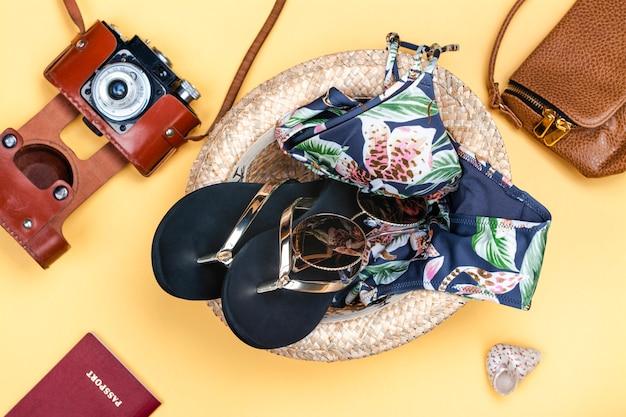 Ensemble de vacances d'été - chapeau, bikini et tongs
