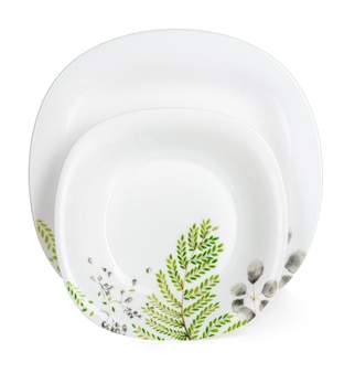 Ensemble de vaisselle en céramique blanche isolé sur fond blanc