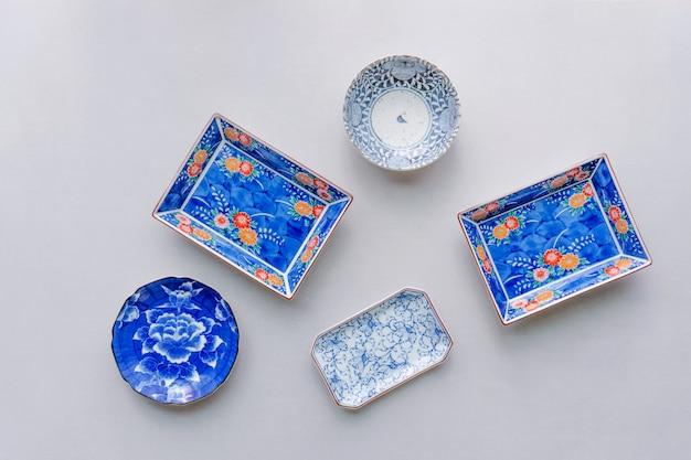 Ensemble de vaisselle en céramique sur fond de table. vue de dessus