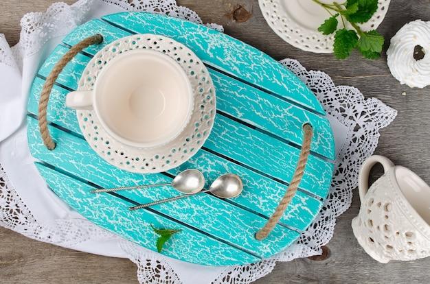 Ensemble de vaisselle en céramique sur un plateau en bois. intérieur de cuisine