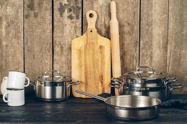 Ensemble de vaisselle contre le vieux fond en bois