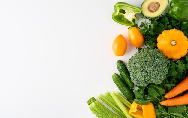 Ensemble végétalien d'ingrédients de tranches de légumes et de fruits colorés pour des smoothies sains
