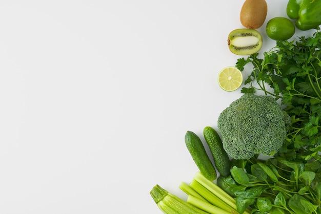Ensemble végétarien de brocoli céleri concombre poivron kiwi citron vert persil épinards courgettes