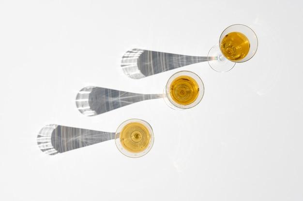 Ensemble de verres à champagne avec une longue ombre derrière