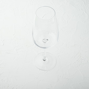 Ensemble de verres à vin propre, format carré, sur table en pierre blanche
