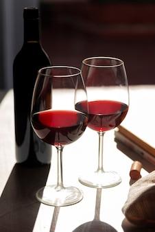 Ensemble de verres à vin rouges avec une ombre