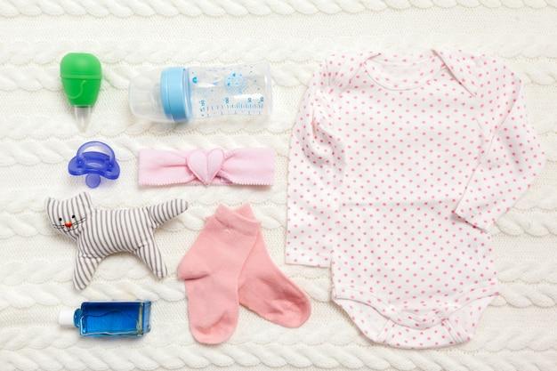 Ensemble de vêtements et d'articles pour un bébé