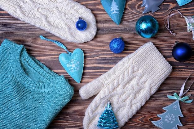 Ensemble de vêtements d'hiver et décor de noël sur une surface en bois