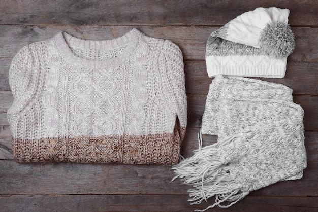 Ensemble de vêtements d'hiver sur fond de bois