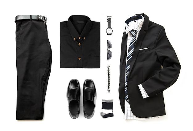 Ensemble de vêtements noirs pour hommes avec chaussures mocassins, montre, chaussette, bracelet, chemise de bureau, cravate et costume, ceinture de pantalon isoler sur fond blanc, vue de dessus