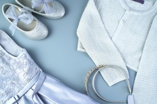 Ensemble de vêtements pour enfants pour les vacances sur fond gris-bleu.