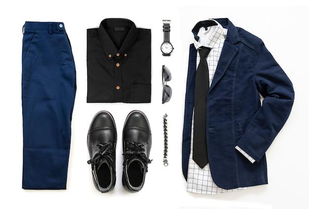 Ensemble de vêtements pour hommes avec botte noire, montre, pantalon, lunettes de soleil, chemise de bureau, veste bleue, cravate, bracelet et bracelet isolé sur fond blanc, vue de dessus