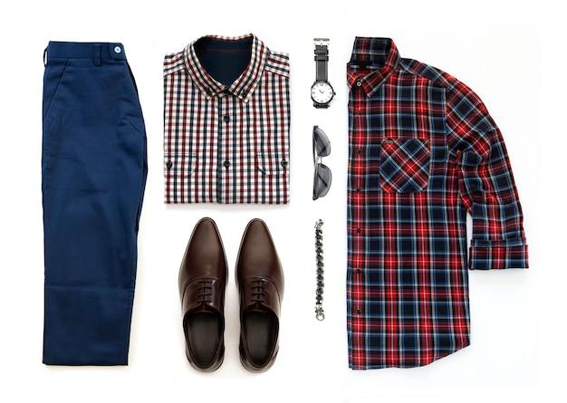 Ensemble de vêtements pour hommes avec des chaussures marron, montre, pantalon, lunettes de soleil, chemise de bureau et bracelet isolé sur fond blanc, vue de dessus