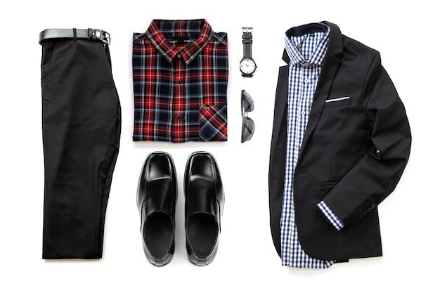 Ensemble de vêtements pour hommes avec chaussures noires, montre, pantalon, ceinture, lunettes de soleil, costume et chemises de bureau isolés sur fond blanc, vue de dessus