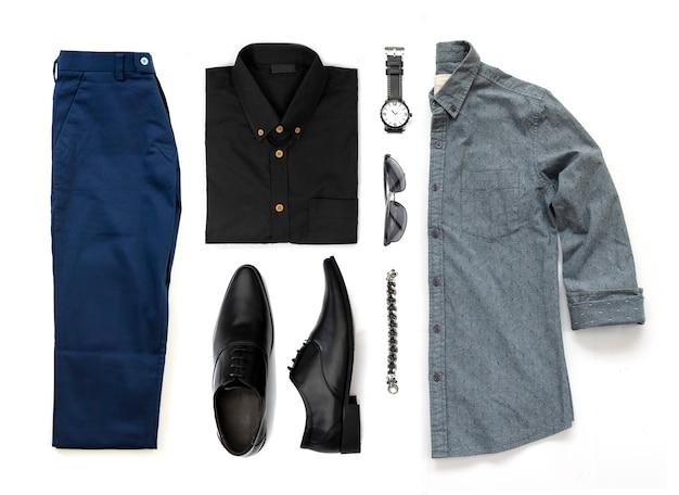 Ensemble de vêtements pour hommes avec chaussures noires, montre, pantalon, lunettes de soleil, chemise de bureau et bracelet isolé sur fond blanc, vue de dessus