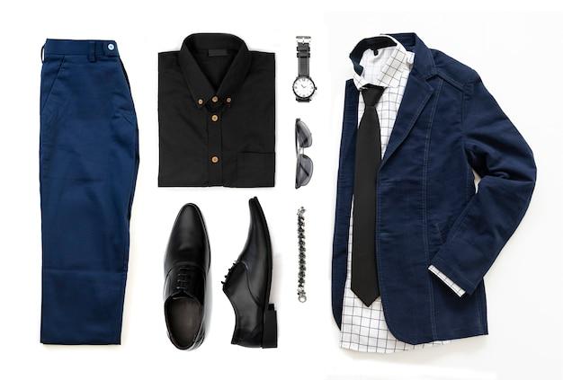 Ensemble de vêtements pour hommes avec chaussures noires, montre, pantalon, lunettes de soleil, chemise de bureau, veste bleue, cravate, bracelet et bracelet isolé sur fond blanc, vue de dessus