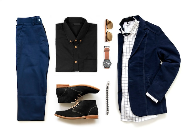 Ensemble de vêtements pour hommes avec chaussures oxford, montre, pantalon bleu, lunettes de soleil, chemise de bureau et veste isolés sur fond blanc, vue de dessus
