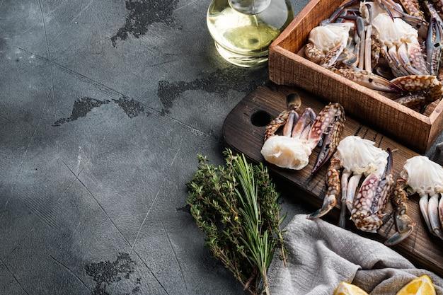 Ensemble de viande de crabe de natation bleu frais, sur table grise, vue de dessus à plat