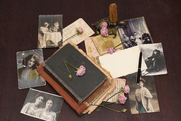 Ensemble de vieux livres, cartes postales, photographies et fleurs