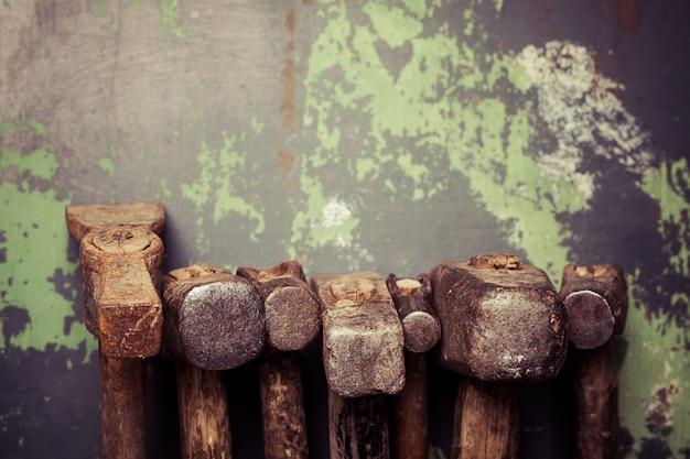 Ensemble de vieux marteaux et clous rouillés. outils sur métal la surface.