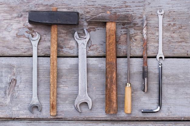 Ensemble de vieux outils de construction sur fond de bois