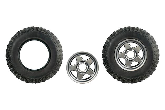Ensemble de vieux pneu de voiture avec la nouvelle roue en alliage isolé sur fond blanc.