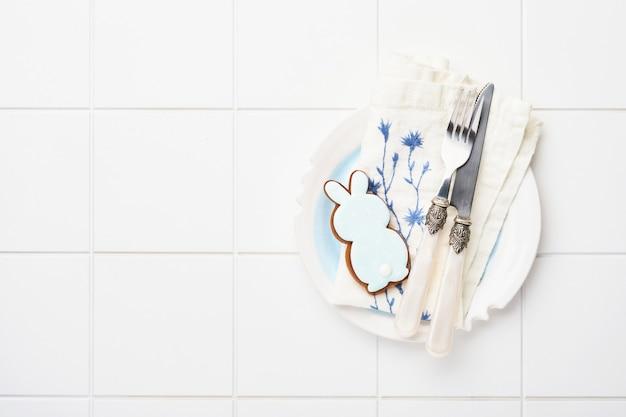 Ensemble de vintage fourchette, couteau, serviette et poivrière sur carreaux de céramique blanche