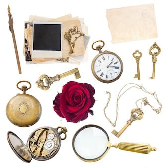 Ensemble vintage de loupe, horloge, clés et vieilles photos isolés sur fond blanc