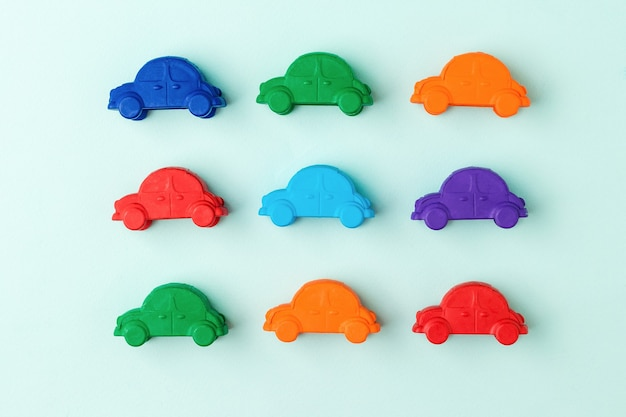 Un ensemble de voitures colorées sur un bleu clair. le concept de vente et d'achat de voitures.