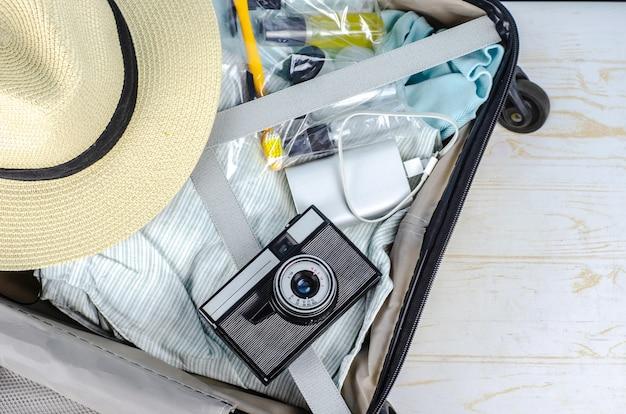 Ensemble de voyage avec appareil photo, argent, passeport, montre, smartphone, batterie externe