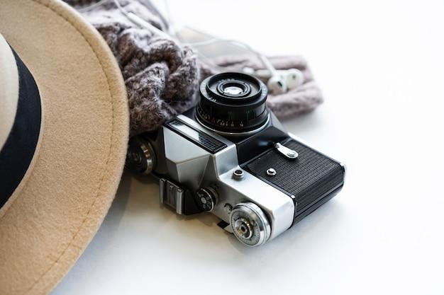 Ensemble de voyageur. composition de randonnée avec un pull chaud et un appareil photo rétro