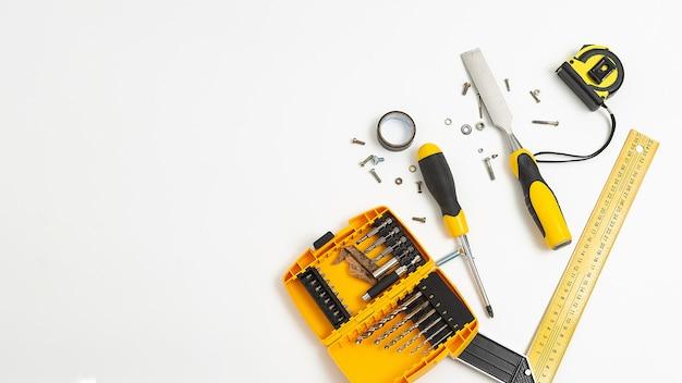 Ensemble de vue de dessus des outils jaunes. passe-temps plat masculin isolé sur fond blanc.