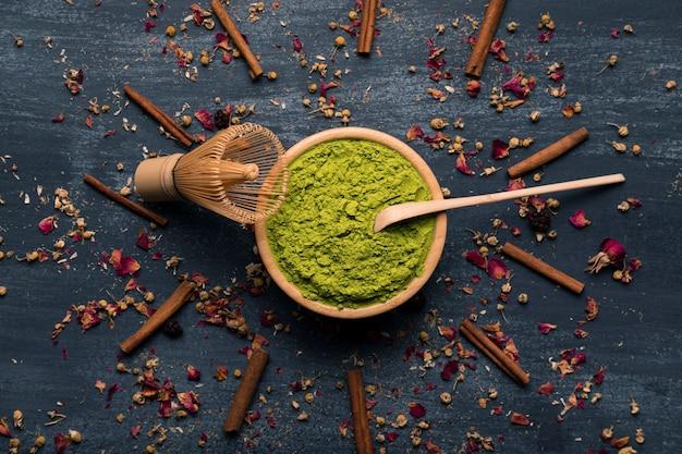 Ensemble de vue de dessus d'ustensiles de thé matcha asiatique thé