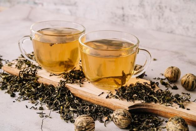 Ensemble de vue haute de tasses et d'herbes de thé séchées