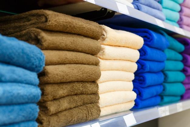 Ensembles de serviettes multicolores sur une étagère dans un magasin