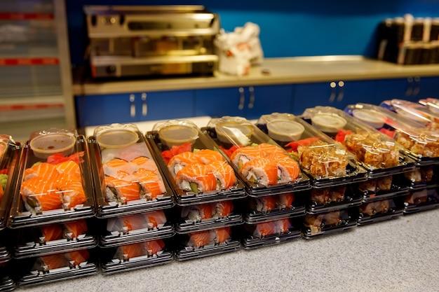 Ensembles de sushis dans des boîtes en plastique.