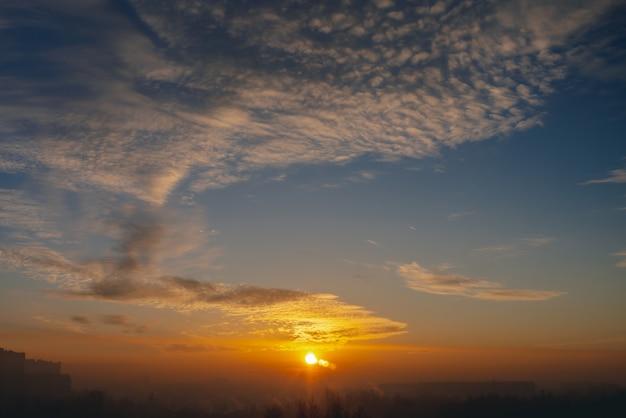 Ensoleillé briller sur les nuages