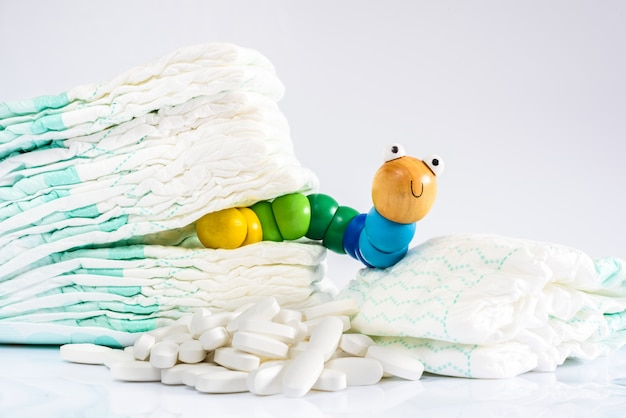 L'entérobiose est une infection des vers, un ver jouet avec des couches et des pilules.