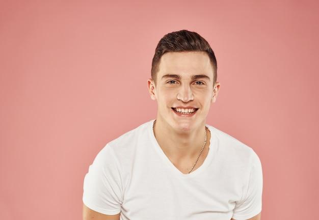 Enthousiaste bel homme t-shirt fond rose